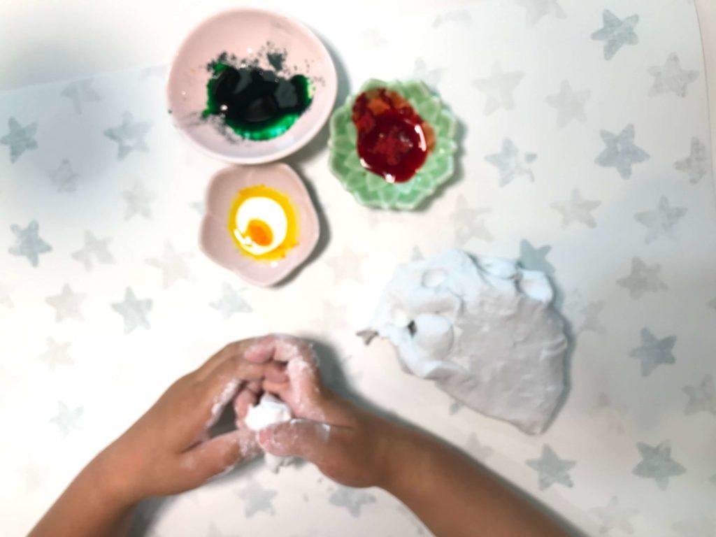 小麦粉粘土(3歳と家で遊ぶ)